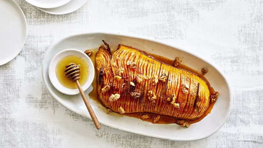 Hasselback butternut med honning & valnødder