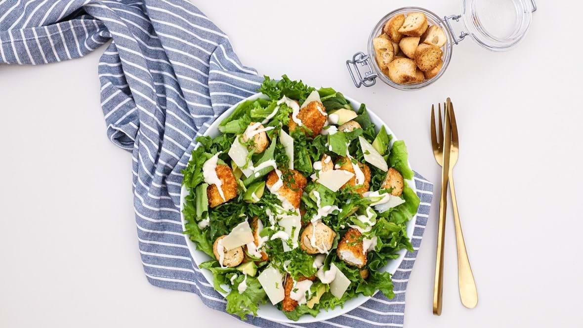 Cæsarsalat med crispy kylling og avocado