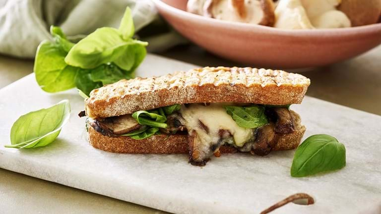 Grillet sandwich med svampe og smeltet ost