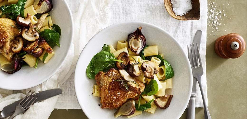 Kyllingelår med hvidløgspasta med stegte svampe og spinat