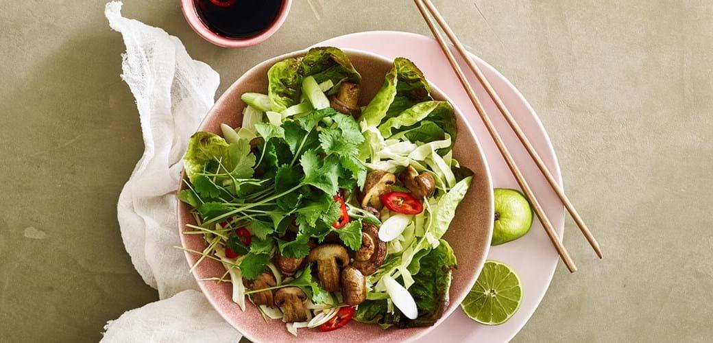 Kålsalat med tamaristegte svampe, koriander, lime og sprødt grønt