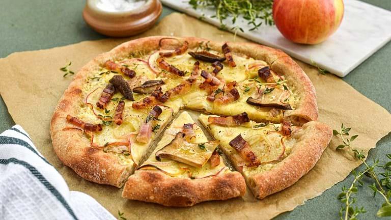Hvid æblepizza med pancetta, løg og timian