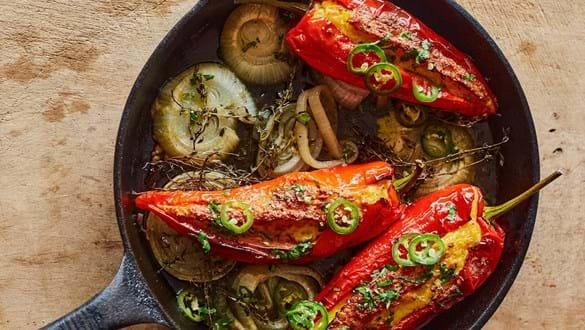 Majsfarserede peberfrugter med syltede jalapeñoer