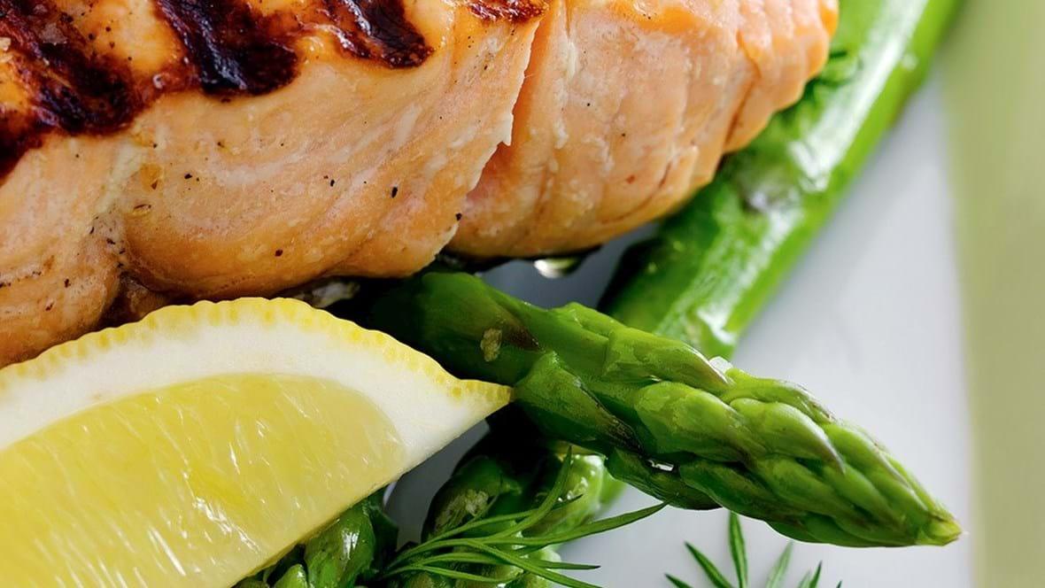 Grillet laks med grønne asparges og sennepsdressing