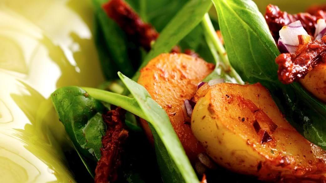 Krydret kartoffelsalat med tandori, spinat og soltørrede tomater