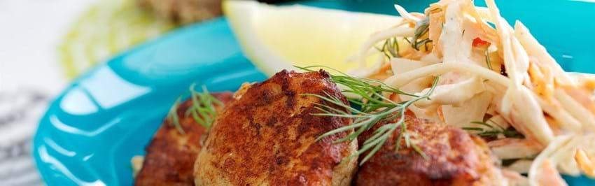 Fiskefrikadeller med sprød kålsalat