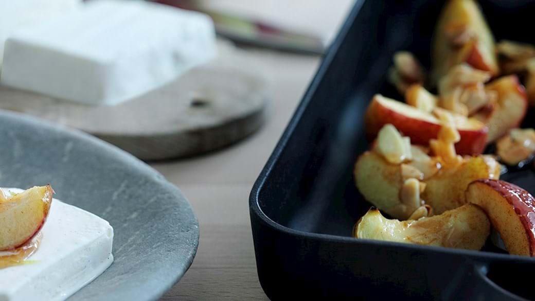Bagte æbler med kanel og vaniljeis