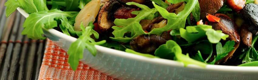 Svampesalat med bacon og chili