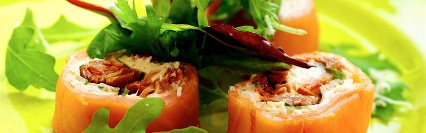 Lakserulle med basilikum og soltørret tomat