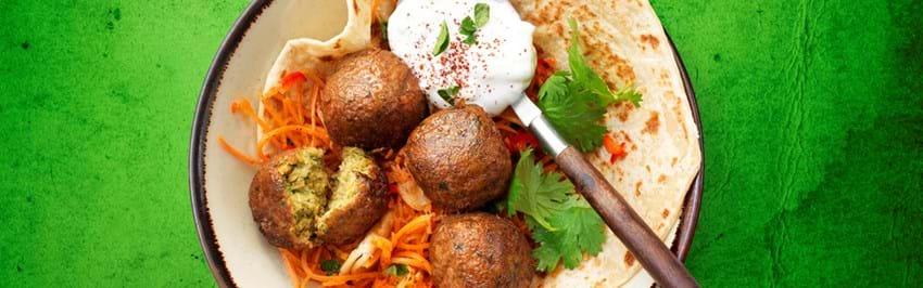 Wrap med falafel, krydret gulerodssalat og yoghurtdressing