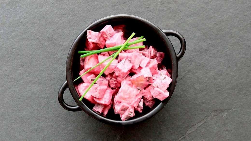 Rødbedesalat med æble, purløg og peberrods dressing