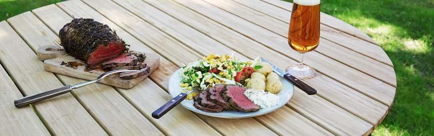 Timianbagt roastbeef med grillet majssalat og cremefraiche