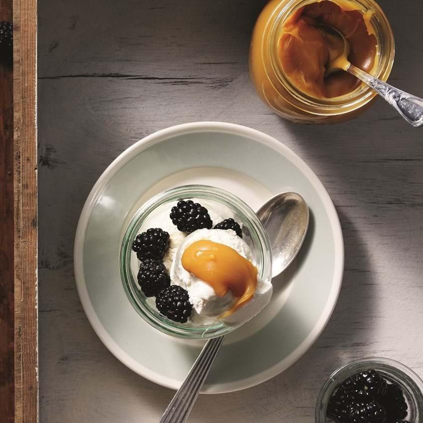 Vaniljeis og karamelsauce med myseost