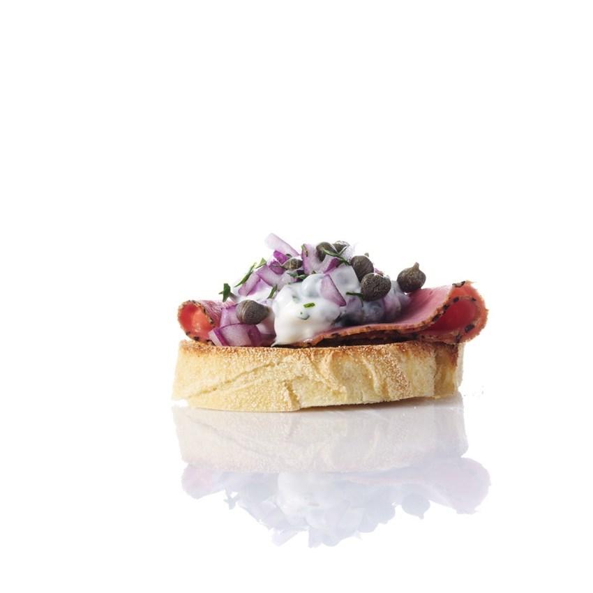 Crostini med pastrami, kapers og persillecreme