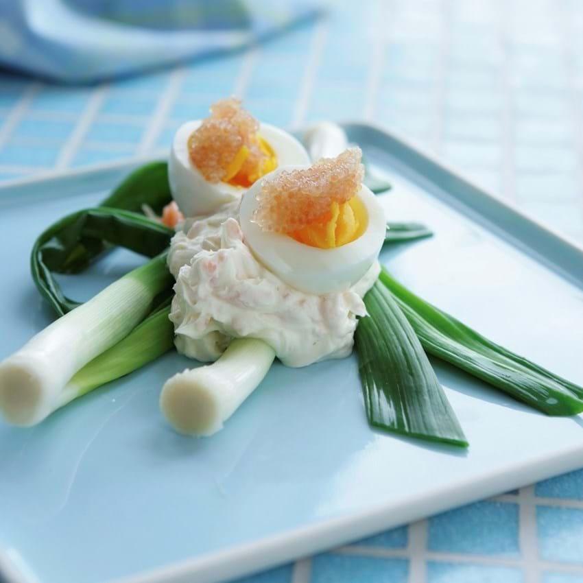 Dampede forårsløg med æg og stenbiderrogn