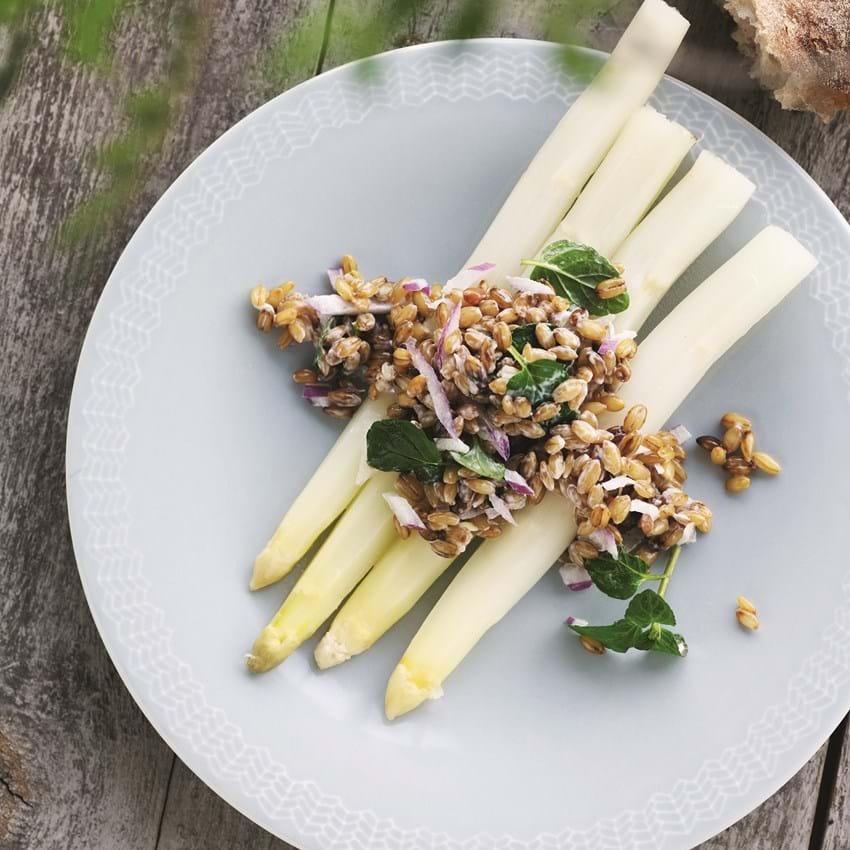 En rød bygsalat til hvide asparges
