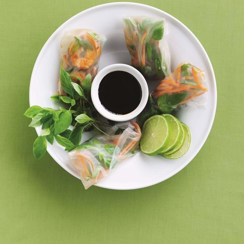 Rispapirruller med rejer og grøntsager