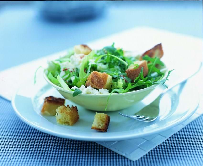 Blandet salat med fetaost og hjemmelavede croutoner