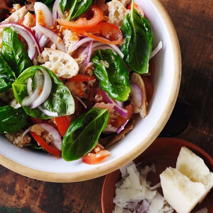 Panzanella-salat med pecorino