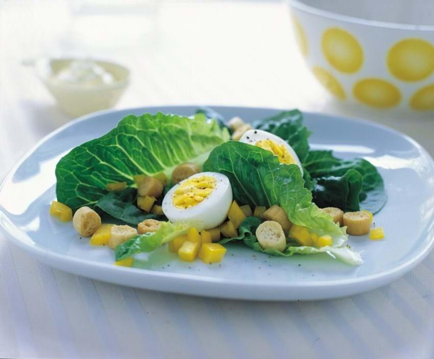 Salat med peberfrugt serveret med æg og peberrodscreme