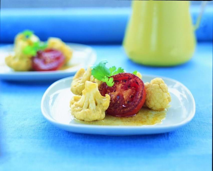 Blomkål i karry-kokossauce med stegte tomater