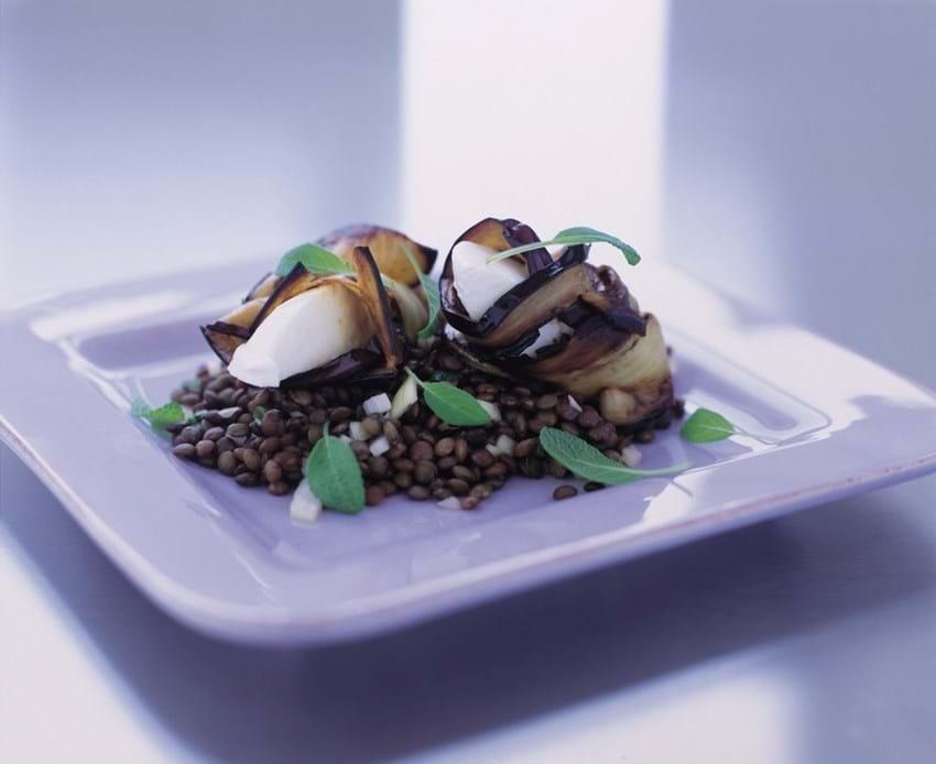 Le puy linser med aubergine og mozzarella-rulle