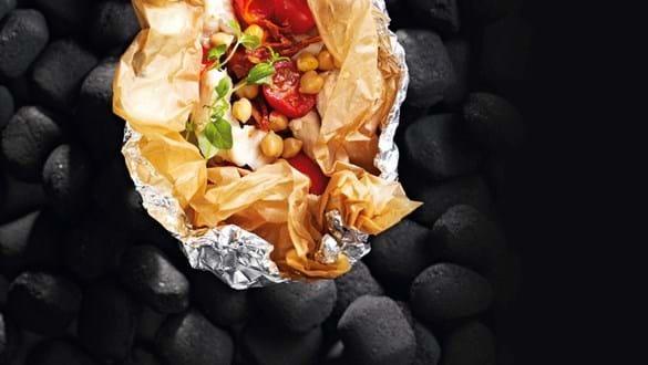 Fisk, grøntsager og kikærter i en pakke
