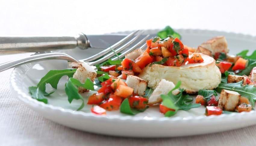 Bagt feta med peberfrugtsalsa og brødcroutoner