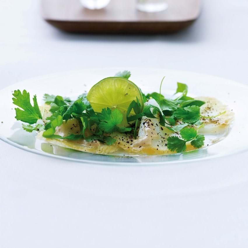 Hellefisk carpaccio med krydderurtesalat