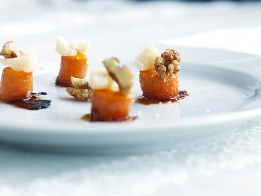 Honningbagt gulerod med et stykke parmesan og et stykke valnød