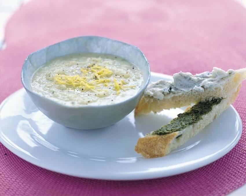 Hvidkålssuppe med to slags breadstick