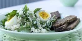 Ris og ærtesalat med æg