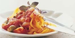 Pasta med oliven, tomat, skalotteløg og salte kapers