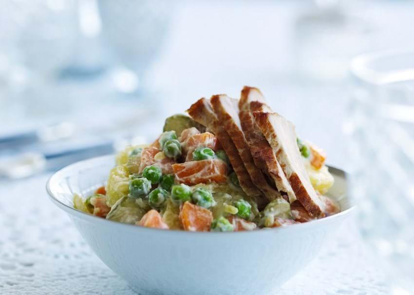 Russisk salat med svinekød