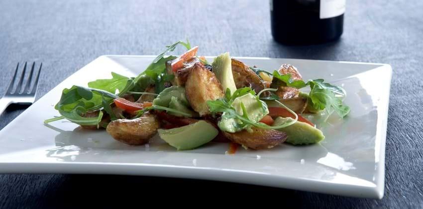 Salat med ovnstegte kartofler