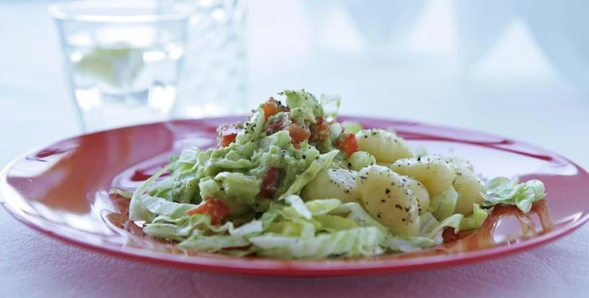 Gnocchi med avocado-peberfrugtsalat