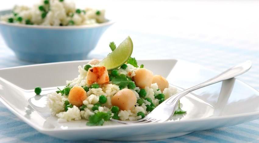Stegte kammuslinger med wasabikrydret ris
