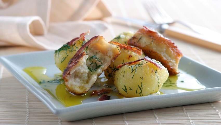Små Fiskefrikadeller og let brunede kartofler med dild og bacon