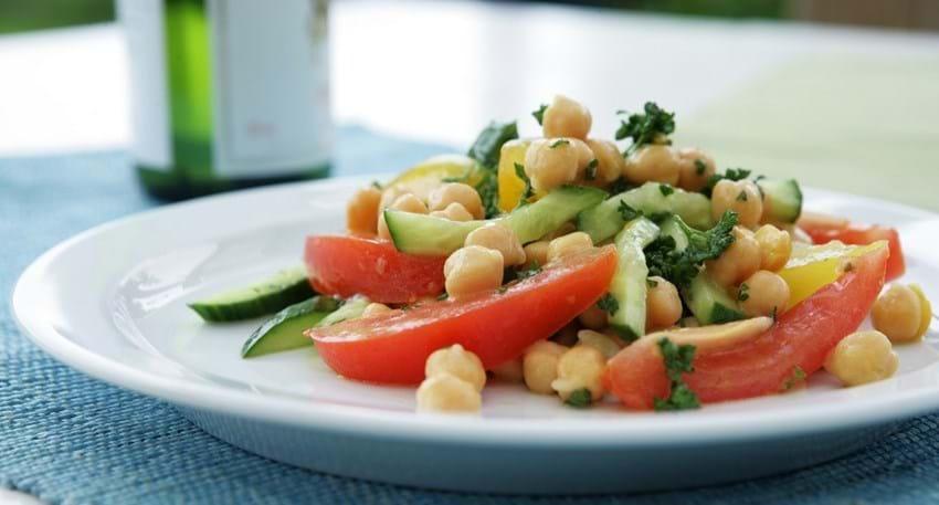 Kikærtesalat med tomater