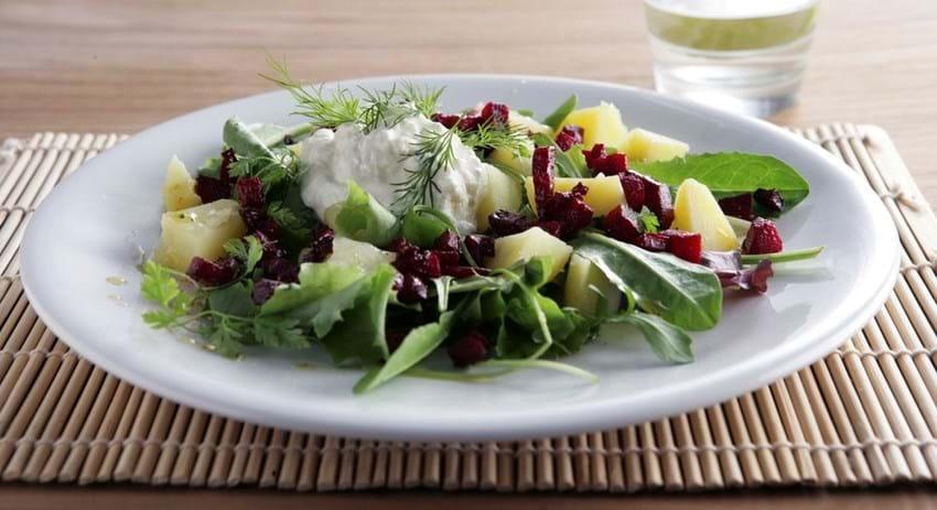 Salat med sprøde rødbeder, kartofler og fetaost-creme