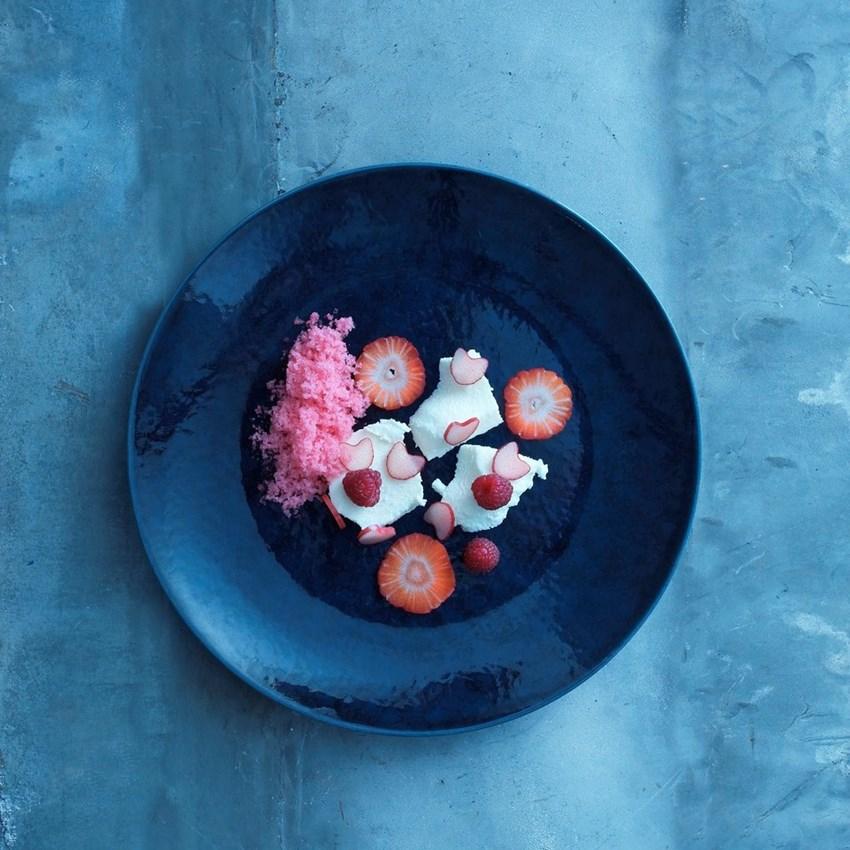 Ymermousse med rabarbergranite og røde bær