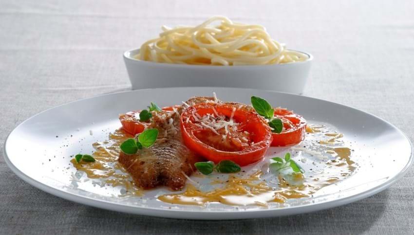 Torsk med stegte røde tomater