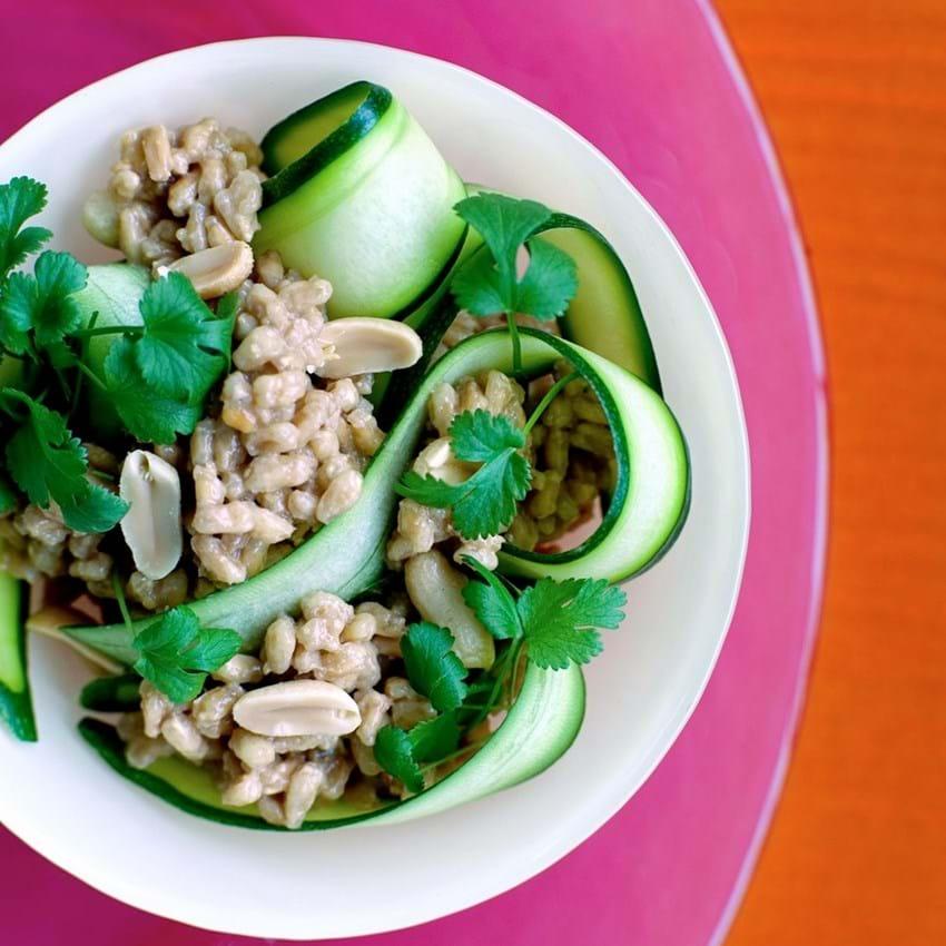 Courgettesalat med speltperler og jordnødder