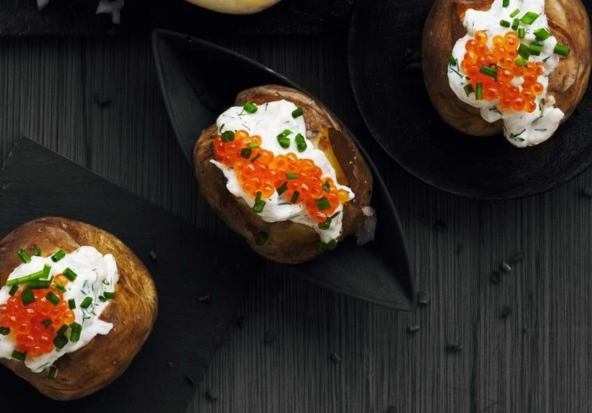 Bagte kartofler med rejesalat og rogn