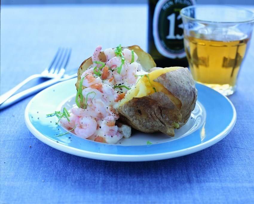 Bagt kartoffel med laksecreme og rejer