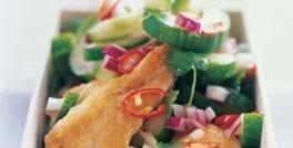 Kyllingefilet i agurkesalat med chili og frisk koriander