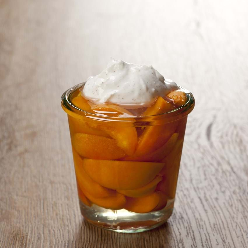 Abrikoser marineret i hyldeblomst og vaniljecreme