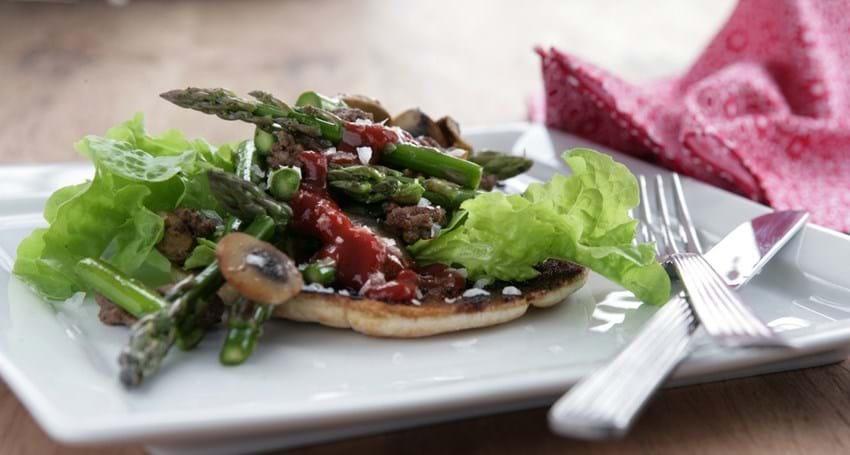 Stegt pitabrød med oksekød og grøntsager