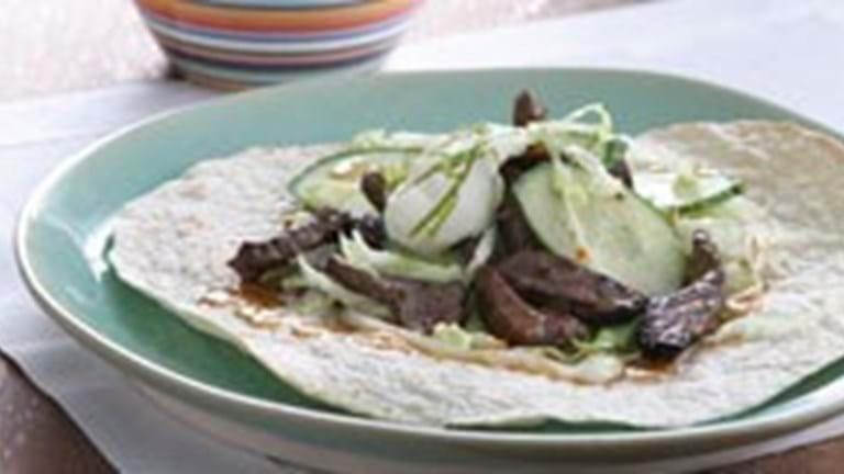 Åben tortilla med oksekød og salat