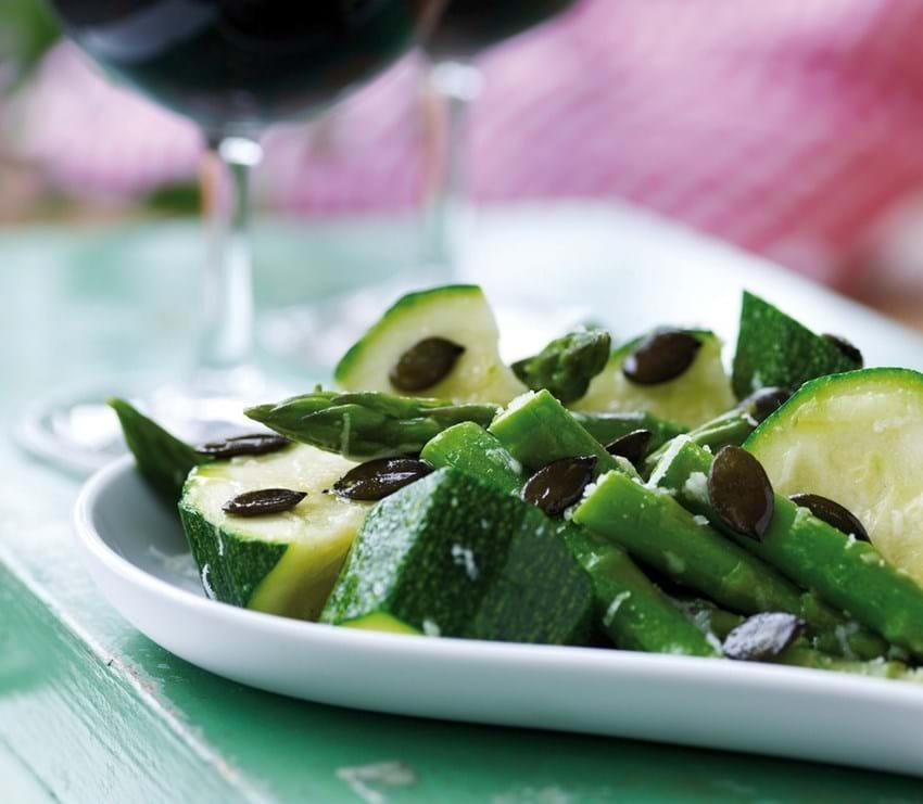 Asparges og courgettesalat med ristede græskarkerner